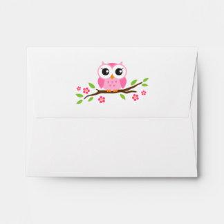 Búho rosado lindo en rama con las hojas y las flor