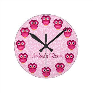 Búho rosado personalizado reloj redondo mediano