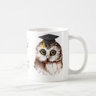 Búho sabio del año de la diversión de encargo de l taza de café