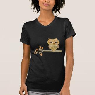 Búho soñoliento en árbol camiseta