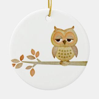 Búho soñoliento en el ornamento del árbol adorno navideño redondo de cerámica