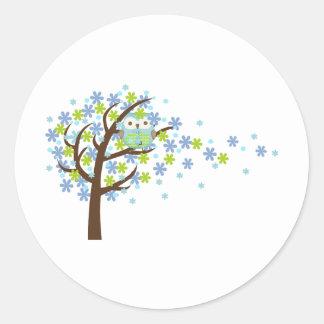 Búho ventoso azul del árbol pegatina redonda