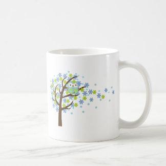 Búho ventoso azul del árbol taza clásica