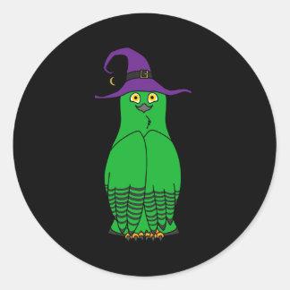 Búho verde con el gorra de la bruja de Halloween Pegatina Redonda