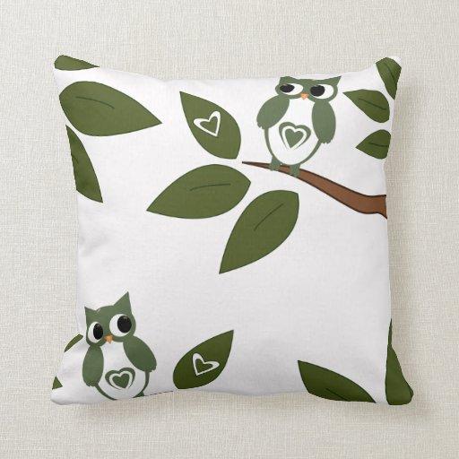 Búho verde del amor en árbol almohada