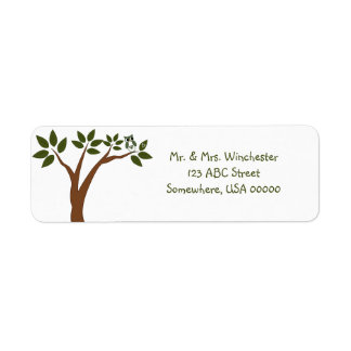 Búho verde del amor en árbol etiqueta de remite