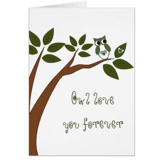 Búho verde del amor en árbol tarjeta de felicitación