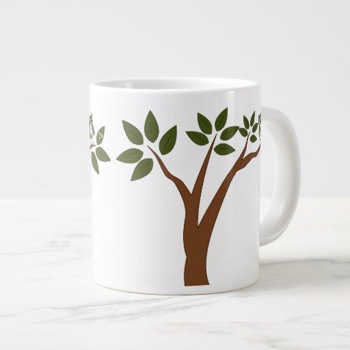 Búho verde del amor en árbol taza de café grande