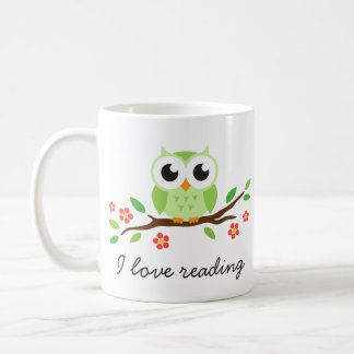 Búho verde lindo en la lectura floral del amor de taza de café