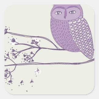 Búho violeta lindo en la rama de árbol pegatina cuadrada