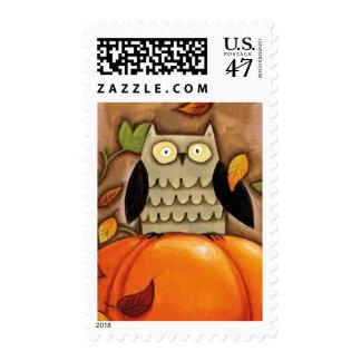Búho y calabaza felices de la caída sellos postales