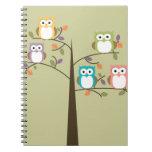Búhos coloridos en árbol bonito notebook