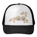 Búhos del amor en árbol gorra