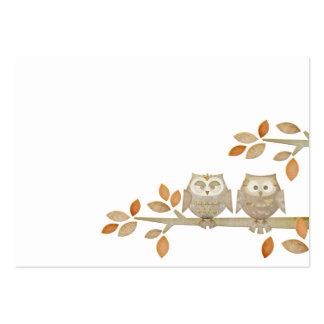 Búhos del amor en tarjeta de visita del árbol