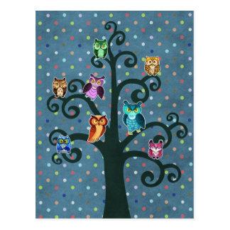 Búhos del arco iris que se sientan en el árbol tarjetas postales