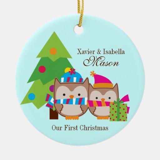 Búhos del navidad - primer navidad adorno navideño redondo de cerámica