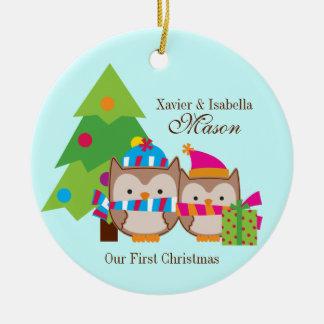 Búhos del navidad - primer navidad adorno redondo de cerámica