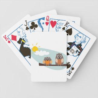 Búhos divertidos en rama el día soleado baraja cartas de poker