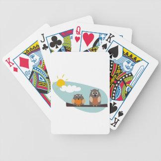 Búhos divertidos en rama en el ejemplo del día sol baraja de cartas