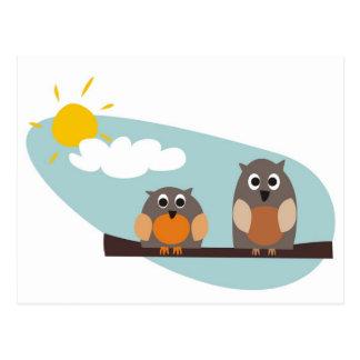 Búhos divertidos en rama en el ejemplo del día postal