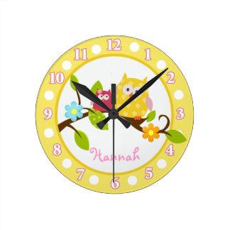 Búhos felices del árbol amarillos y reloj rosado d
