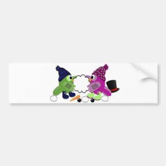 Búhos felices del día de fiesta que construyen un  etiqueta de parachoque