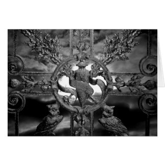 Búhos góticos de la puerta del cementerio toda la tarjeta