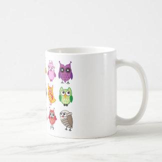 Búhos lindos coloridos taza básica blanca