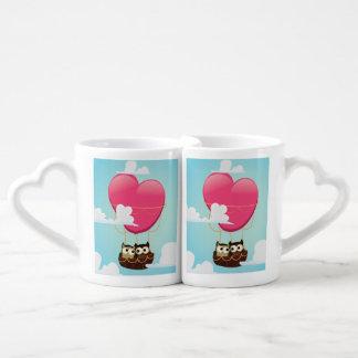 Búhos lindos del amor del dibujo animado tazas para enamorados