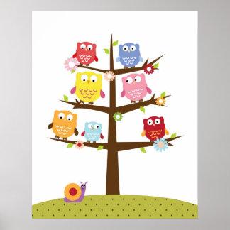 Búhos lindos en el ejemplo del árbol posters
