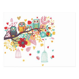 Búhos lindos y fondo floral colorido de la imagen postales