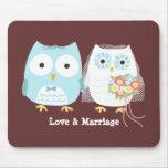 Búhos que casan la novia y al novio con el texto d mouse pad