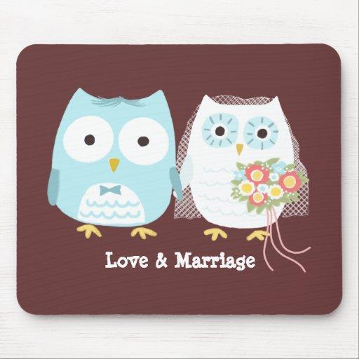 Búhos que casan la novia y al novio con el texto d alfombrilla de ratón