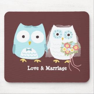 Búhos que casan la novia y al novio con el texto mouse pad