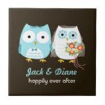 Búhos que se casan - novia y novio con el texto de teja cerámica