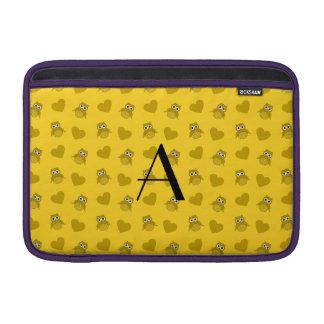 Búhos y corazones amarillos del monograma funda macbook air