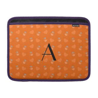 Búhos y corazones anaranjados del monograma fundas MacBook