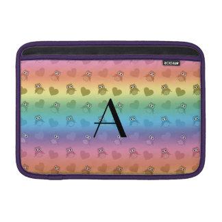Búhos y corazones del arco iris del monograma fundas para macbook air