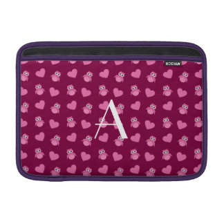 Búhos y corazones púrpuras del ciruelo del monogra funda  MacBook