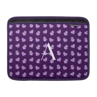 Búhos y corazones púrpuras del monograma funda para macbook air
