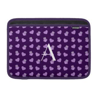 Búhos y corazones púrpuras del monograma fundas para macbook air