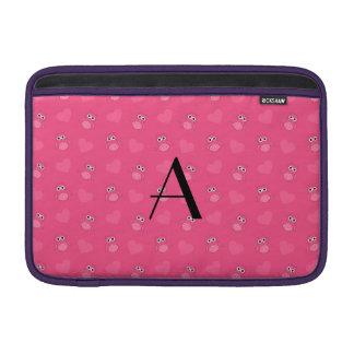 Búhos y corazones rosados del monograma fundas para macbook air