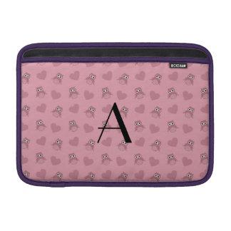 Búhos y corazones rosas claros del monograma funda  MacBook