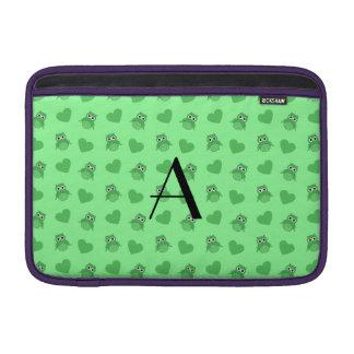 Búhos y corazones verdes claros del monograma funda para macbook air