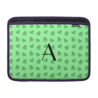 Búhos y corazones verdes claros del monograma fundas para macbook air