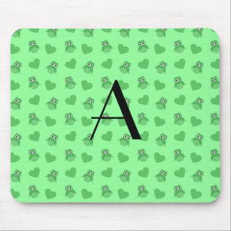 Búhos y corazones verdes claros del monograma tapetes de ratón