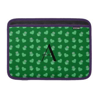 Búhos y corazones verdes del monograma funda macbook air