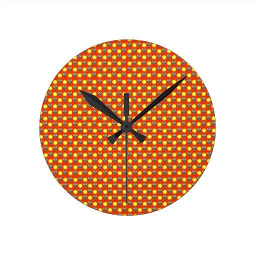 Búhos y margaritas adaptables reloj redondo mediano