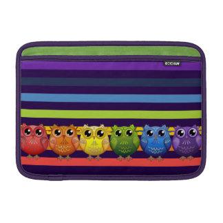 Búhos y rayas lindos del arco iris fundas para macbook air