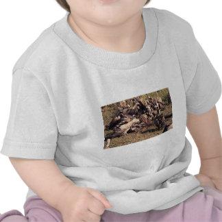 Buitres con el esqueleto del gnu camiseta